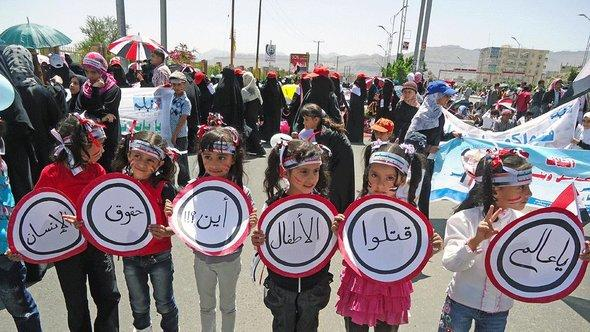 Women and children demonstrating against violence in Yemen (photo: Saeed Alsofi/DW)
