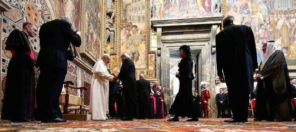 Pope Francis greets foreign diplomats during an audience with the diplomatic corps at the Vatican, 22 March 2013 (photo: Reuters)