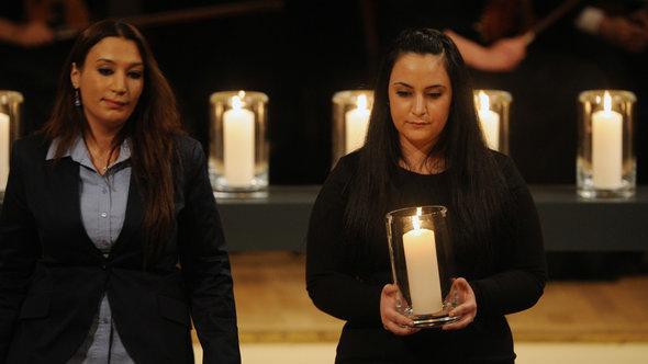 Semiya Simsek (l) and Gamze Kubasik at the commemorative service in Berlin in February 2012 (photo: dpa)