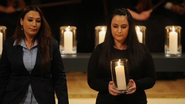 Semiya Simsek (l) and Gamze Kubasik at the commemorative service in Berlin in February 2012 (photo: dpa)