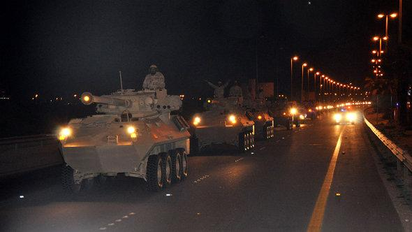 Saudi Arabian tanks crossing over the border to Bahrain on 14th March 2011 (photo: picture-alliance/landov)