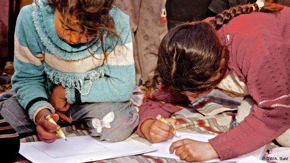 طفلتان سوريتان ترسمان ما عايشتاه في الحرب