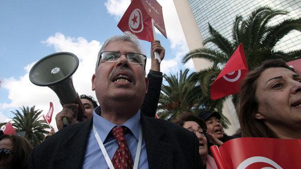 Habib Kazdaghli demonstrating against Salafi violence in Tunis (photo: picture-alliance/dpa)