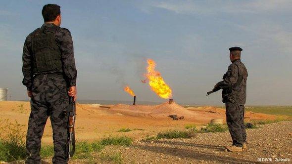 Soldiers seen watching burning oil wells (photo: DW/K. Zurutuza)