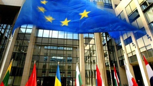 The flags of the EU member states outside the Justus Lipsius Building in Brussels, which houses the European Council (photo: dpa/picture-alliance)