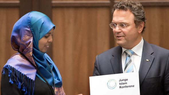 Participant of the Islam Conference and Germany's Minister of the Interior Friedrich (picture-alliance/dpa)