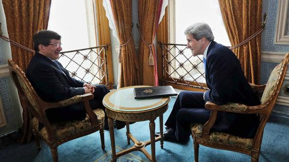 US Secretary of State John Kerry (R) and Turkey's Foreign Minister Ahmet Davutoglu have a chat before their official meeting in Istanbul, Turkey, 7 April 2013 (photo: dpa)