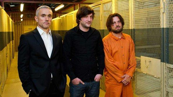 Actor Ben Miles (l) as interrogation specialist Gail Holford, Sacha Alexander Gersak (r) as Guantanamo prisoner Murat Kurnaz and Stefan Schaller (photo: © picture-alliance/dpa)