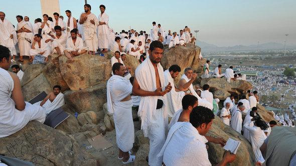 Muslim pilgrim on Jebel Rahma, or the Mountain of Mercy, near Arafat in Saudi Arabia in 2013 (photo: picture-alliance/dpa)