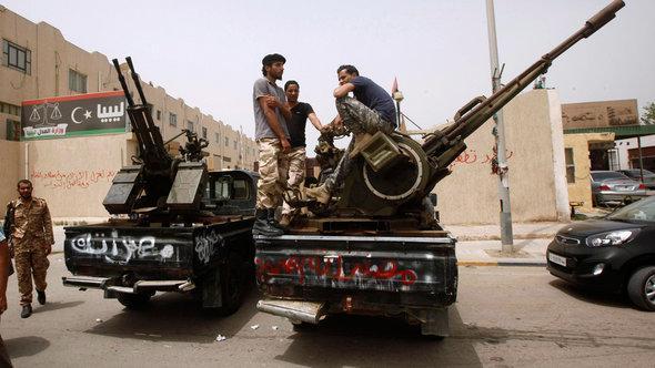 Milizen protestieren vor dem libyschen Justizministerium in Tripolis; Foto: Reuters