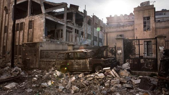 A burnt out car stands in front of shelled and destroyed houses in the Saif Al Dawla district, Aleppo, Syria, 14 March 2013, on the eve of the second anniversary of the Syrian Revolution (photo: picture-alliance/dpa)