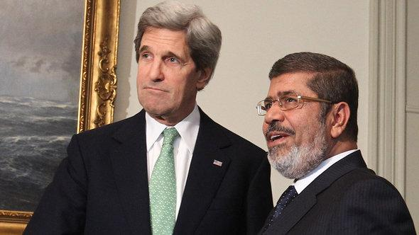 John Kerry and Mohammed Morsi in Ciaro (photo: picture-alliance/dpa)