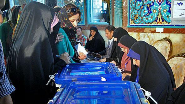 Iranian women casting votes in the presidential election on 14 June 2013 (photo: DW)