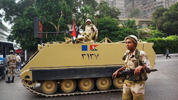 Soldiers and a tank in the district of Giza, Cairo (photo: Getty Images)