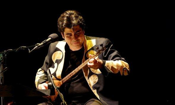 Salar Aghili plays the ancient string instrument setar (photo: kampnagel.de)