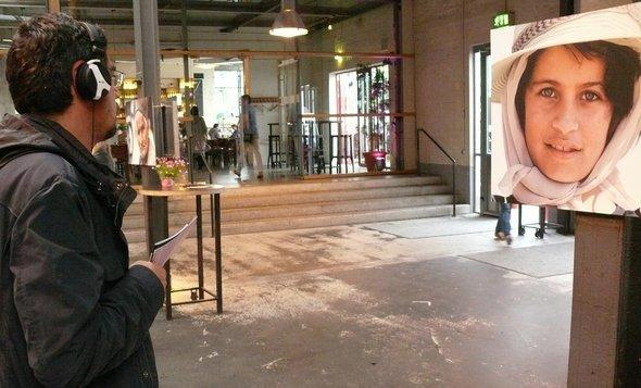 A visitor at Benedikt Fuhrmann's exhibition at the Bliss Festival (photo: kampnagel.de)