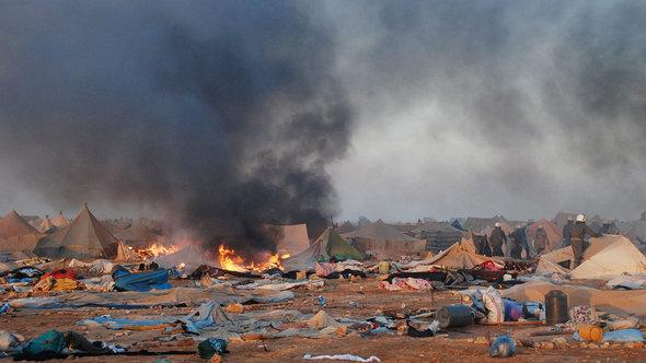 Moroccan security forces dismantling a tent camp on the outskirts of Laayoun, western Sahara's capital, on 08 November 2010 (photo: dpa)