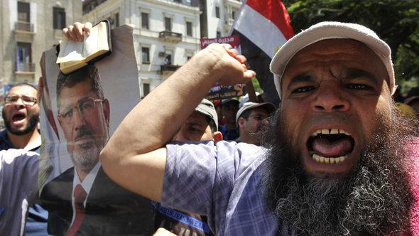 Supporters of ousted president Morsi protest fiercely against his deposition (photo: Reuters)