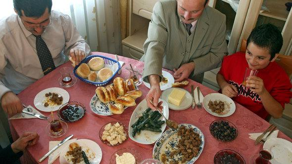 A Turkish family in Germany celebrates 'iftar', the breaking of the fast (photo: dpa)