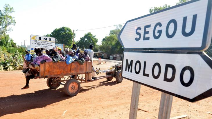 Malian refugees arrive at an army checkpoint near Niono in central Mali (photo: picture-alliance/dpa)