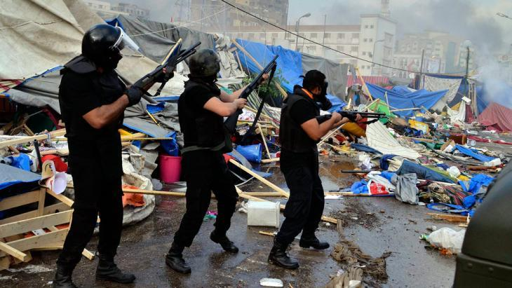 Armed members of the security forces move in to clear a camp in Rabaa al-Adawiya Square (photo: dpa)