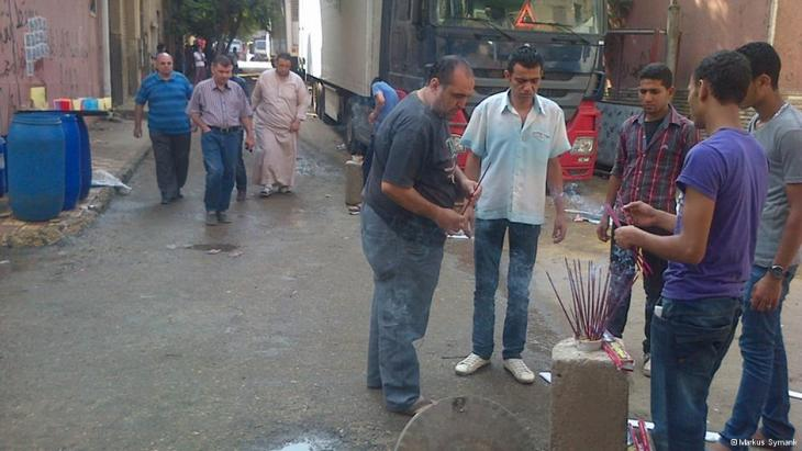 Residents lighting incense sticks outside a Cairo morgue (photo: DW/Markus Symank)