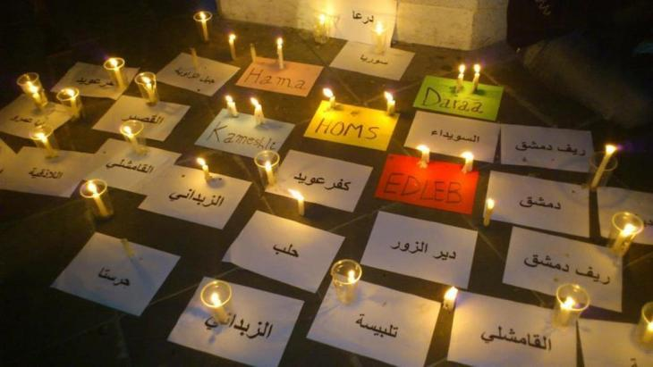 The names of Syrian cities where people have been massacred written out on cards for a memorial for the victims of the civil war in Syria (photo: DW/Dareen Al Omari)