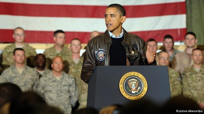 US President Barack Obama makes an address while standing in front of American soldiers and an American flag (photo: dpa)