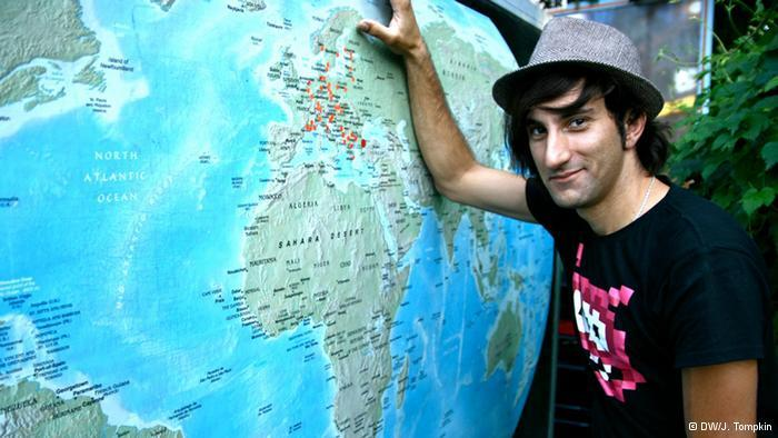 Davide Martello stands next to the world map on his trailer (photo: DW/J. Tompkin)