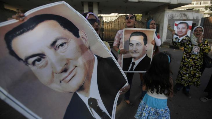 Supporters of Hosni Mubarak celebrate the release of Egypt's former president from prison (photo: Reuters)