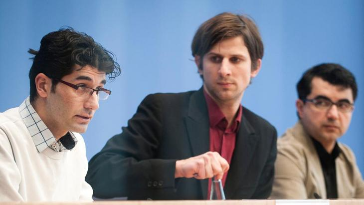 Elias Perabo (center) pictured with exiled opposition activists Hozan Ibrahim (l.) and Ferhad Ahma at German Federal Press Conference in Berlin (photo: picture-alliance/dpa)