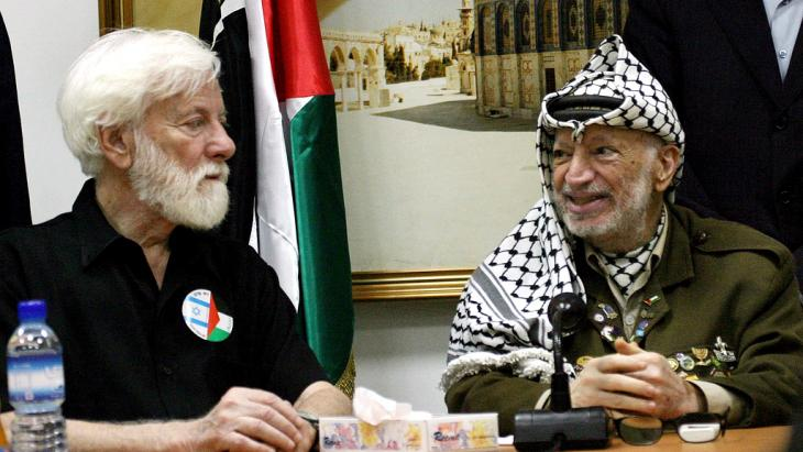 Uri Avnery during a talk with Jassir Arafat on 7 August 2004  (photo: Atef Safadi dpa/epa)
