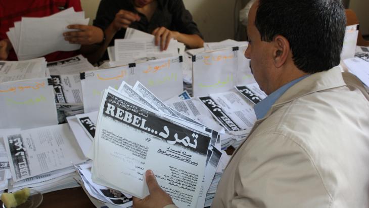 Anti-Morsi signature campaign of the Tamarod movement in cairo (photo: Hammuda Bdewi)
