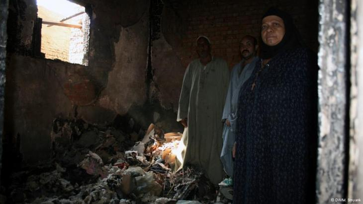 A Christian family in the ruins of its home (photo: DW/M. Symank)