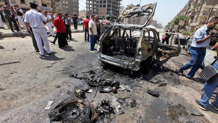 Security officials inspect the scene of a bomb blast targeting Egyptian Interior Minister Mohammed Ibrahim near his home in Nasr City, Cairo, Egypt, 05 September 2013 (photo: picture-alliance/dpa)