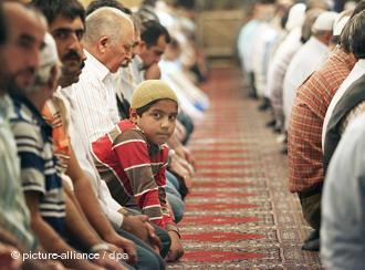 A Turkish mosque during prayer time (photo: picture-alliance/dpa)