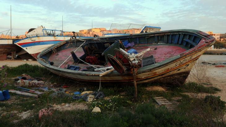 A ramshackle refugee boat (photo: picture-alliance)