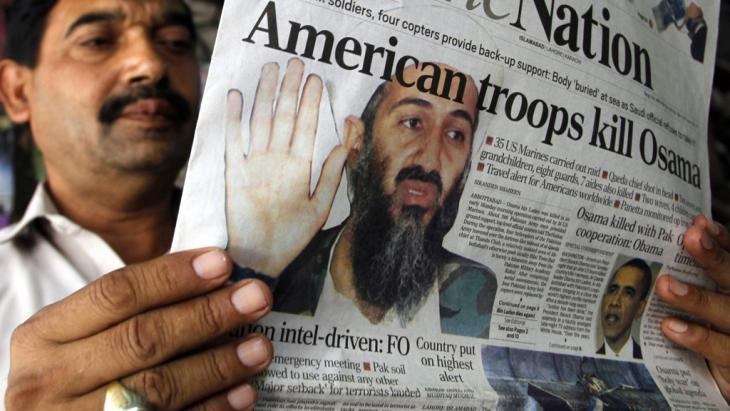 A man in Pakistan reads the daily newspaper the nation in which the killing of Osama bin Laden is announced on 3 May 2011 (photo: picture-alliance/dpa)