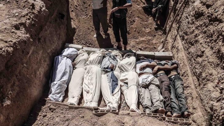 Mass grave in al-Ghouta, Damascus (photo: Reuters)