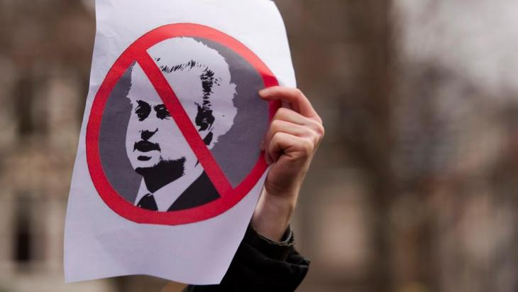A protester holds an anti-Geert-Wilders sign in Amsterdam, the Netherlands (photo: Reuters)
