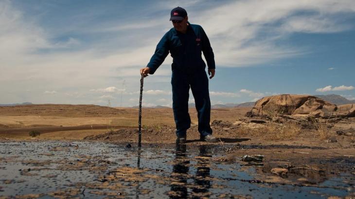 Man in an oil field in Tawke, in the semi-autonomous region of Iraqi Kurdistan (photo: dpa)