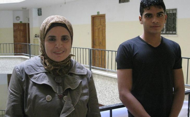 Kamilia Abu Schkaim mit Sohn Abdullah, einem ihrer sechs Kinder im Alter zwischen zehn und 22 Jahren; Foto: Inge Günther