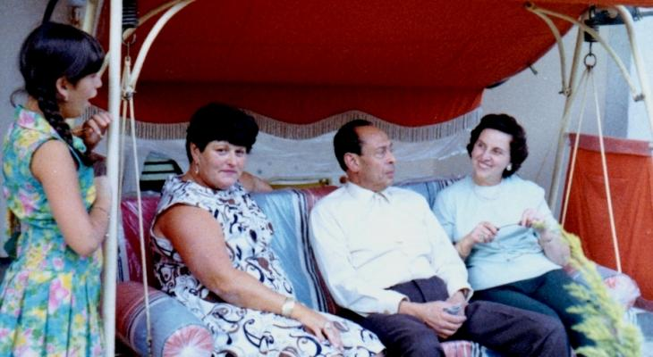 Mohamed Helmy and his wife Emmi Helmy (right) in Berlin during a visit of Anna Boros (second from left) and her daughter Carla (photo: Yad Vashem)