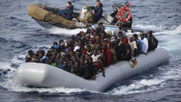 The Italian navy picks up illegal immigrants off the coast of Sicily on 28 November 2013 (photo: picture-alliance/dpa)