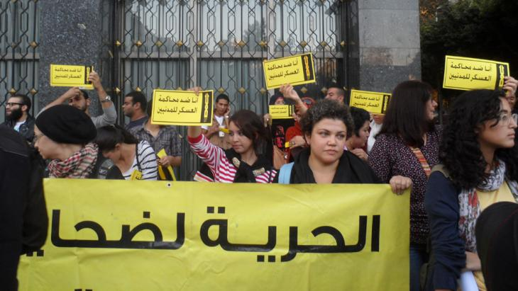 People protesting against military courts for civilians in Cairo (photo: DW/A. Wael)