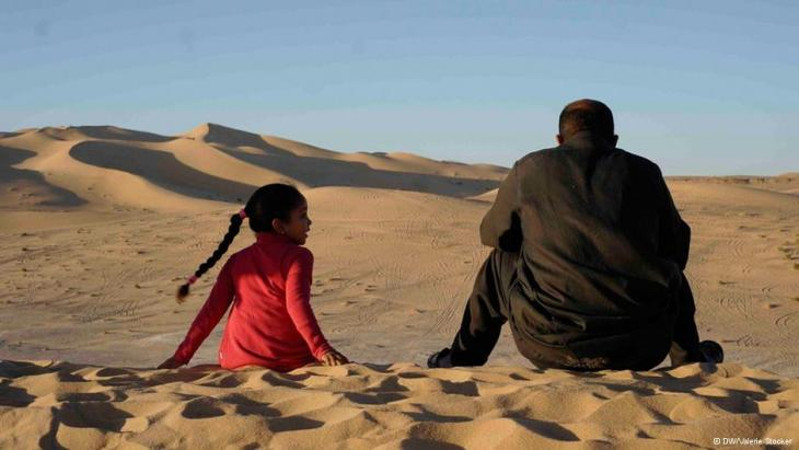 A man and a girl in the Libyan desert (photo: Valerie Stocker/DW)