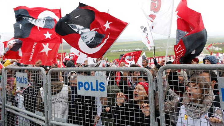 Protest against the court decision in the Ergenekon trails in Turkey (photo: dpa/picture-alliance)