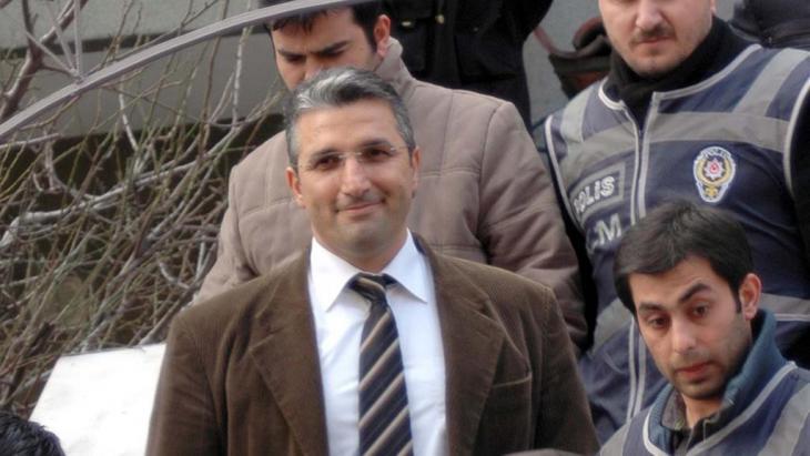 Der türkische Journalist Nedim Sener am 3. März 2011 nach seiner Freilassung in Istanbul; Foto: picture alliance/abaca