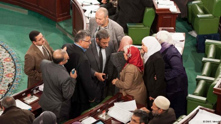 Tunisian parliamentarians in discussions (photo: DW/S. Mersch)