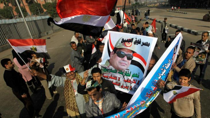 Supporters of General Abdul Fattah al-Sisi demonstrating in Cairo (photo: AP/picture-alliance)